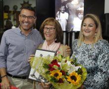 Teguise reconoce la trayectoria de la entrañable bibliotecaria y maestra de la Villa, Nieves Castillo