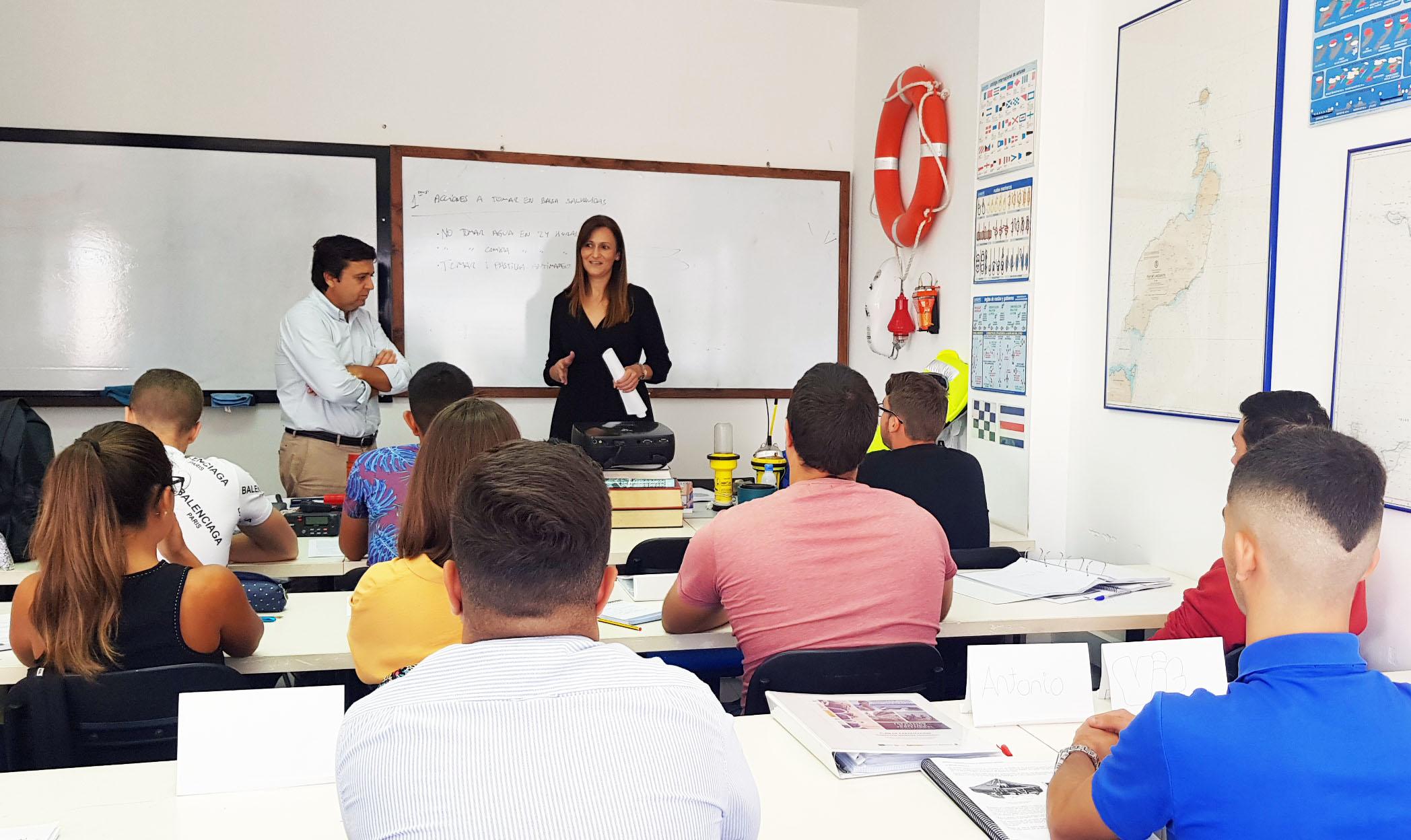 La consejera de Empleo visita el curso en el que veinte jóvenes se forman para trabajar en el mar