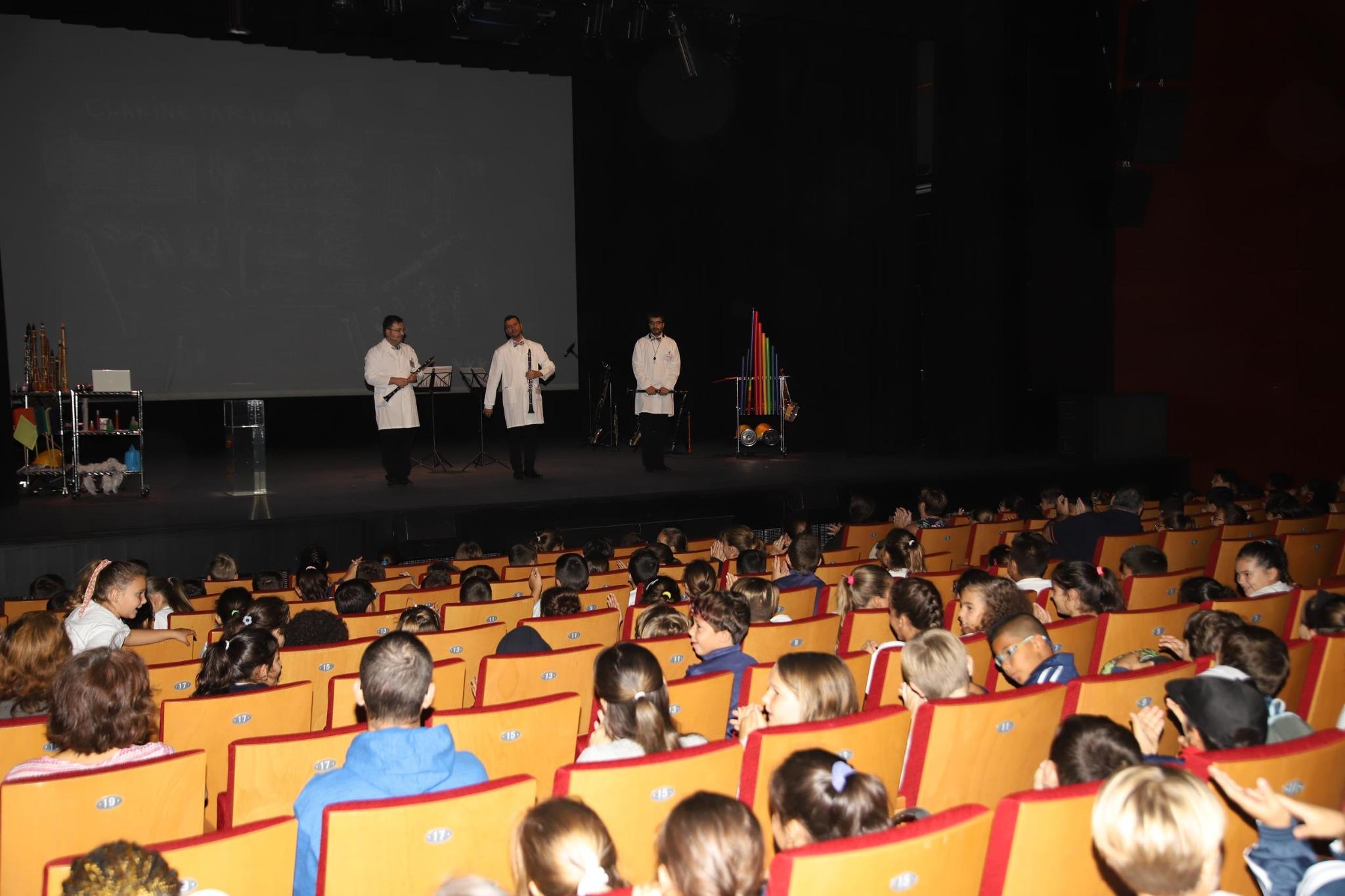Unos 1.900 escolares asisten en Arrecife al espectáculo familiar Clarinetarium, organizado por la Fundación CajaCanarias, «la Caixa» y el Cabildo de Lanzarote