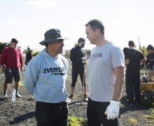 Una veintena de voluntarios del programa 'Juntos Somos Biosfera' acondicionan con especies autóctonas un solar público de Haría