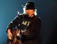 Neil Young realizará conciertos acústicos en streaming.