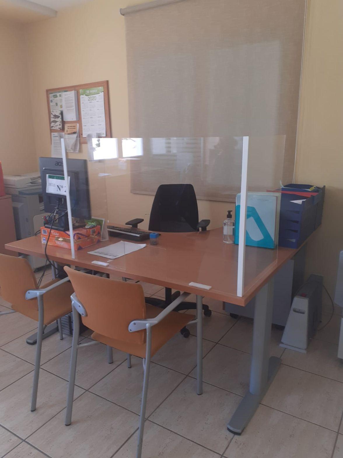 San Bartolomé ultima la adaptación de las oficinas municipales con mamparas protectoras