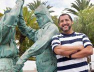 """El reconocido tenor """"Jorge de León"""" visitó el Teatro de San Bartolomé y la escultura homenaje al folclore"""