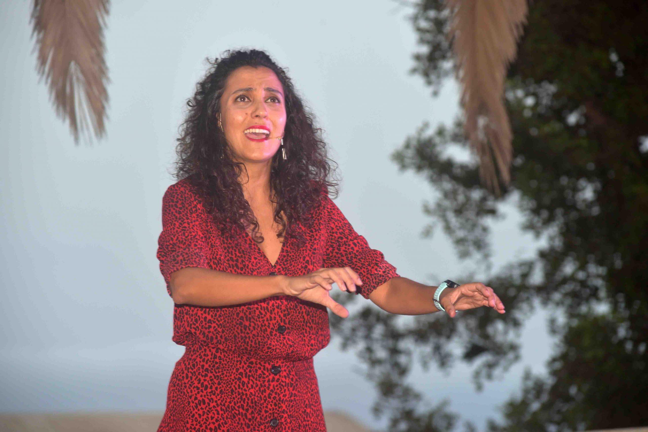 """Isabel Cabrera con su espectáculo de narrativa """"Brindo por las mujeres"""" abrió la agenda presencial cultura """"Kilómetro Cero"""""""