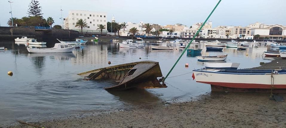 El Ayuntamiento retira un barquillo hundido y abandonado en el fondo del Charco de San Ginés con las grandes mareas de septiembre