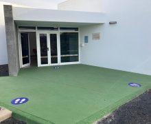 Teguise incorpora las primeras señales viales Covid en los accesos a los centros educativos