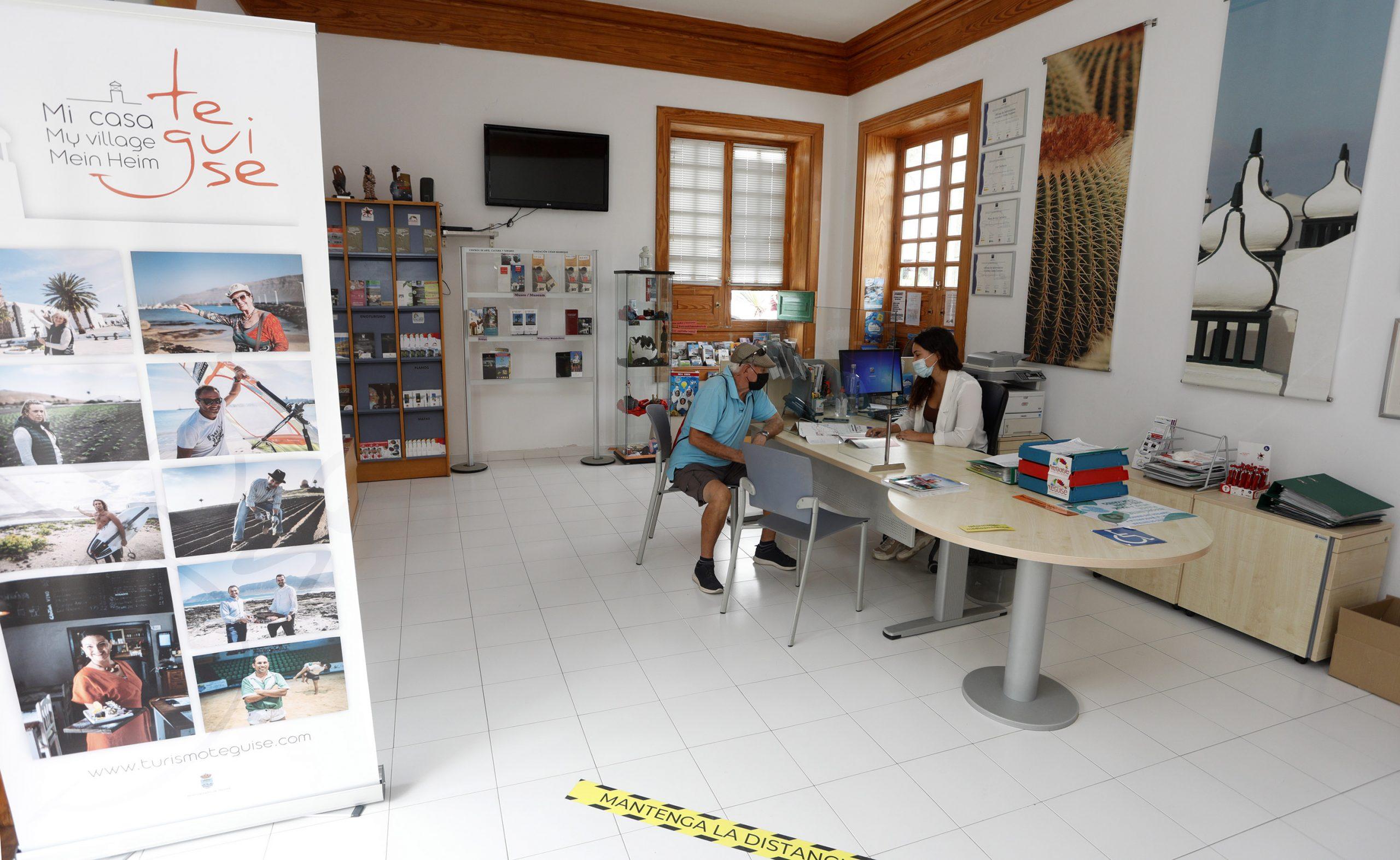 Las Oficinas de Turismo de Teguise y las playas de Costa Teguise renuevan su compromiso con la calidad turística