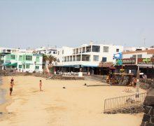 La playa del pueblo y la Oficina de Turismo de Playa Blanca renuevan el sello Compromiso de Calidad Turística