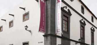 El artista grancanario Gabriel Ortuño ofrece al público una visita guiada a su exposición en San Martín