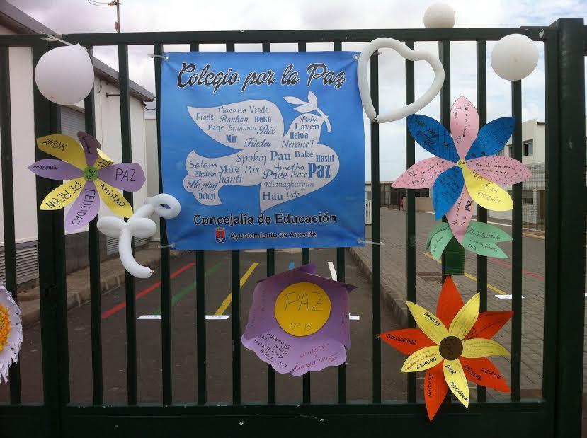 Miles de escolares de Arrecife guardan un minuto de silencio por la Paz y la no violencia