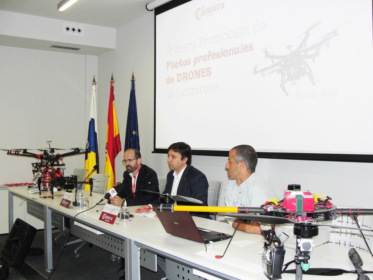 La primera promoción de pilotos profesionales de Drones de Lanzarote recoge sus títulos