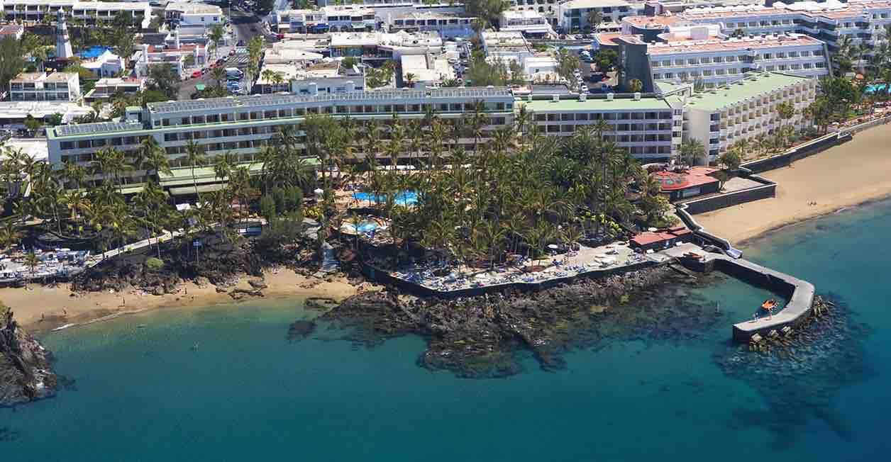 La Consejería de Turismo del Cabildo de Lanzarote felicita al Hotel Fariones por su 50 cumpleaños