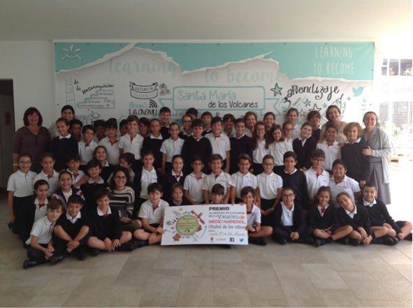 """La concejal de Medio Ambiente entrega el premio al proyecto ganador de la exposición """"La Ciudad de los Niños"""""""