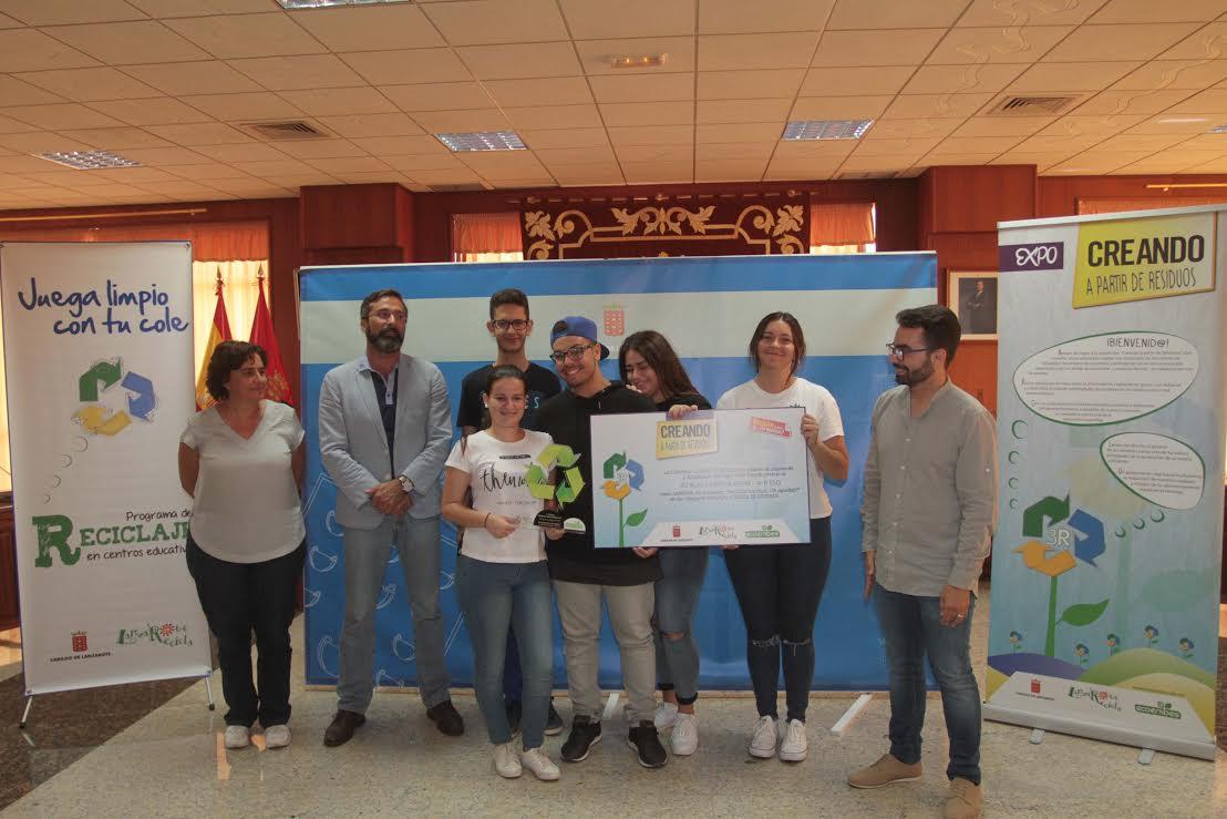 El Cabildo de Lanzarote premia al IES Blas Cabrera Felipe por su obra 'Viko-Cactus', creada a partir de objetos reciclados