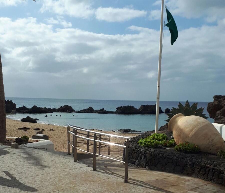 Tías abre al baño la Playa Chica al recuperar sus aguas la buena calidad