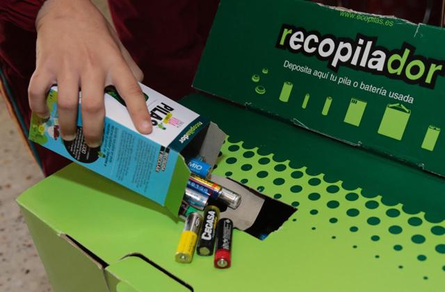 El Cabildo de Lanzarote y la Fundación Ecopilas realizan la primera retirada de pilas usadas de los colegios