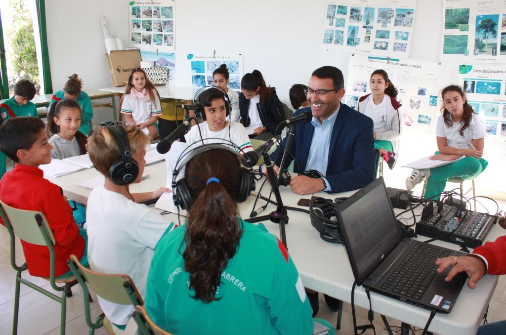 El alcalde de Teguise comparte con los alumnos del César Manrique Cabrera la realidad del municipio