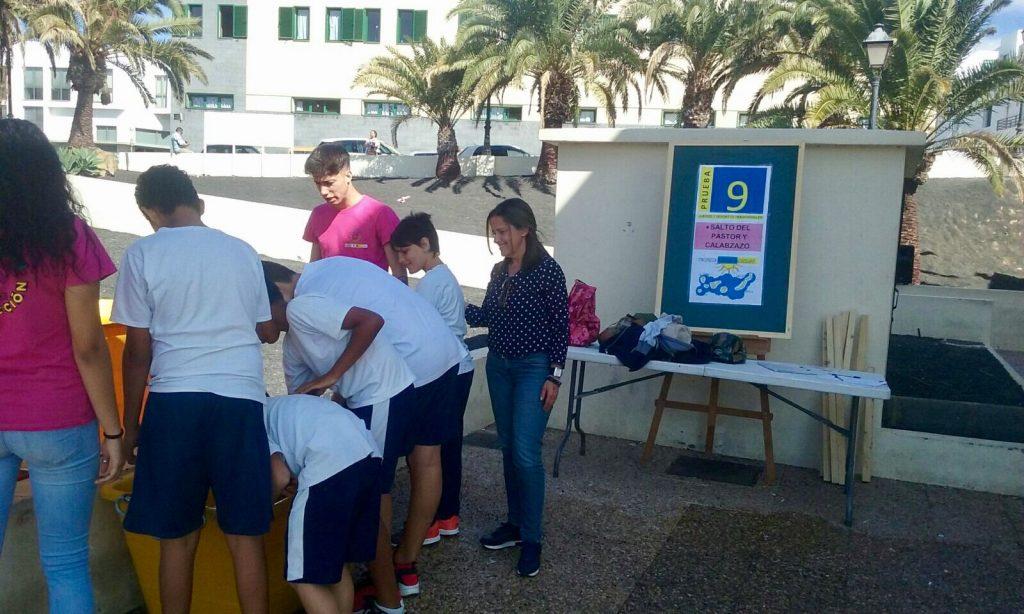 Isabel Mesa supervisa las actividades por el Día de Canarias de los alumnos-trabajadores del PFAE 'Animación en Acción'