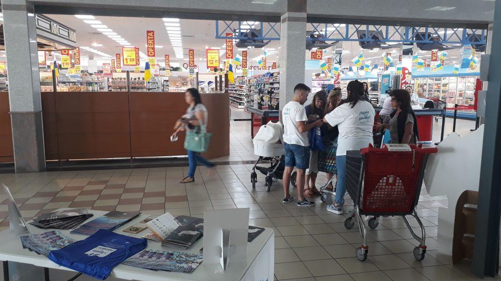La campaña 'Plástico Cero' del Cabildo de Lanzarote llena en tan solo unas horas un carro de la compra lleno de plásticos y envoltorios innecesarios de productos adquiridos por los clientes de un supermercado de Arrecife