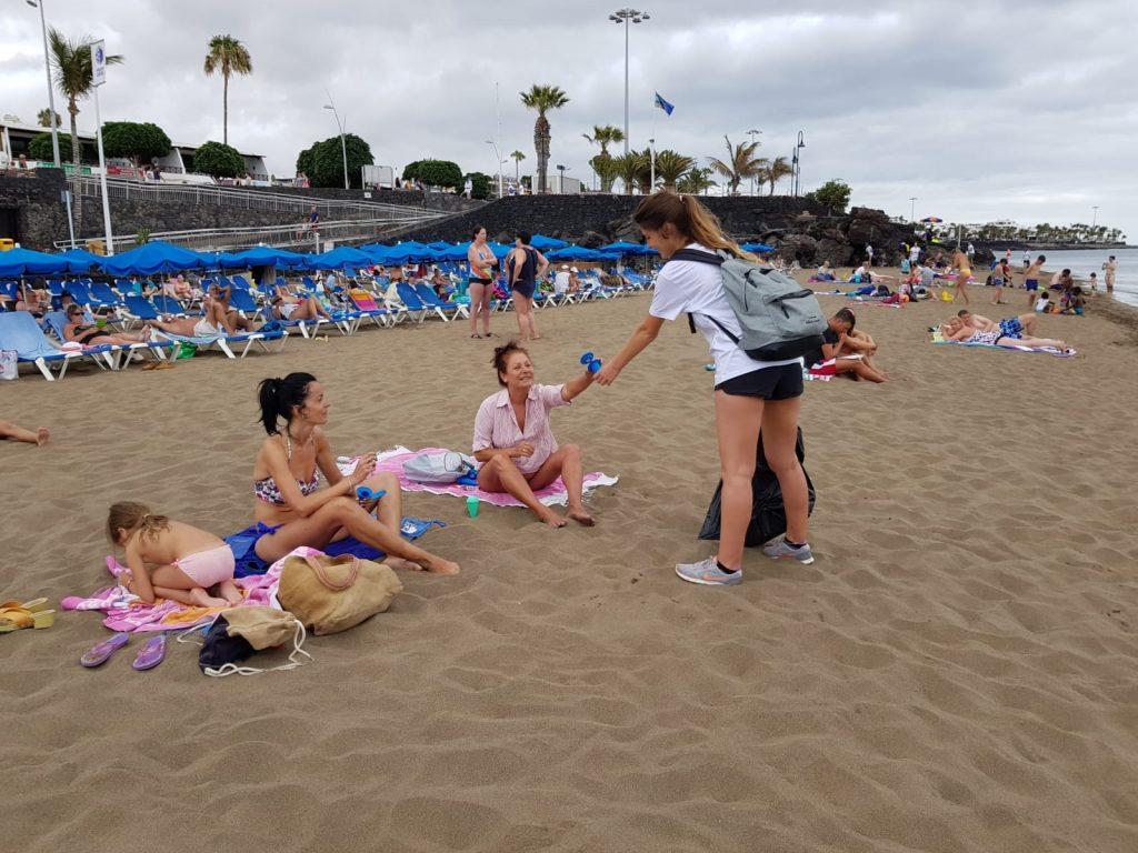 Un grupo de jóvenes se unen a Tías para limpiar y sensibilizar sobre el cuidado del litoral