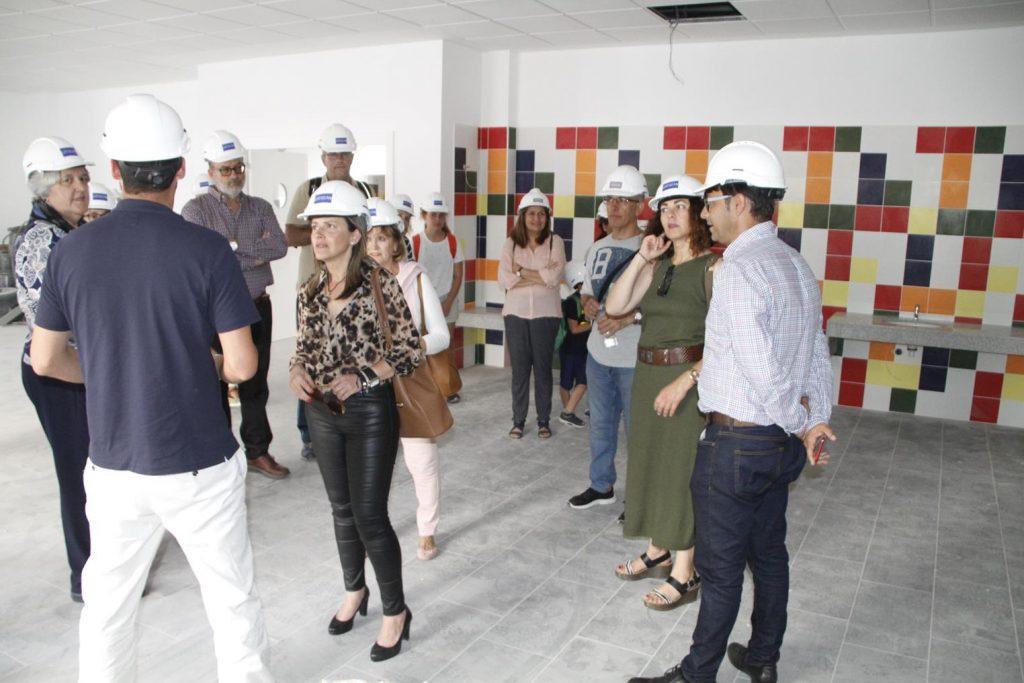 Isabel Mesa y un grupo de docentes de La Destila visitan las obras del futuro centro escolar