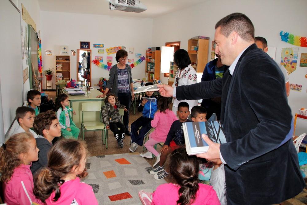 Yaiza reparte en los colegios ejemplares del libro 'Coplas de Víctor Fernández Gopar'