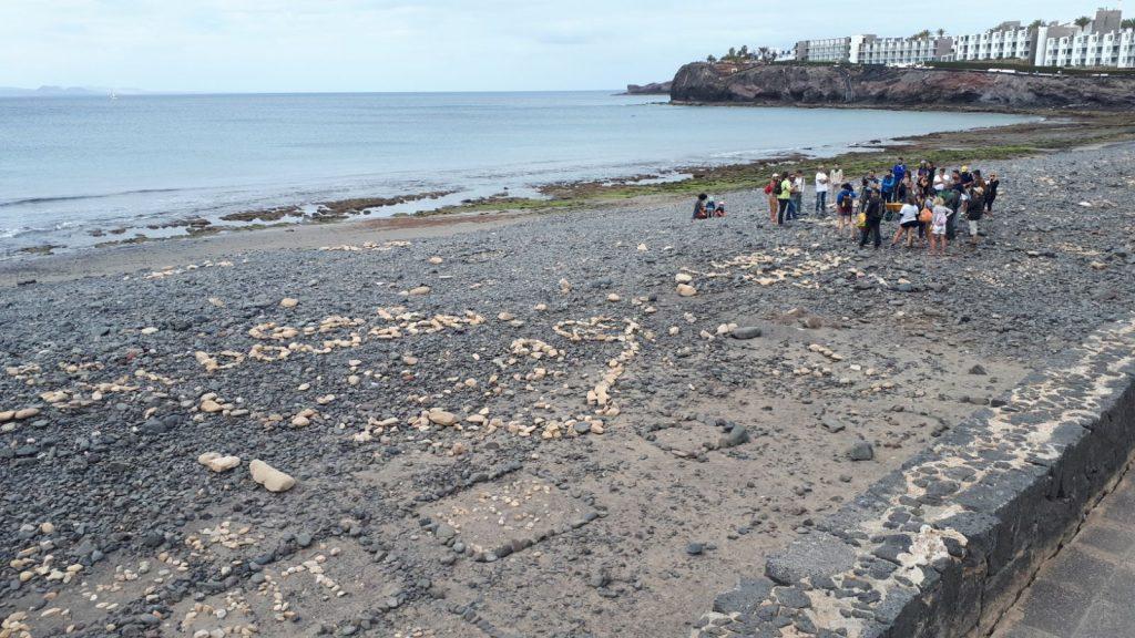 """El voluntariado 'Junt@s Somos Biosfera' alerta de que """"construir figuras o nombres con piedras, altera la morfología del paisaje y de las playas de nuestra isla y daña el ecosistema"""""""