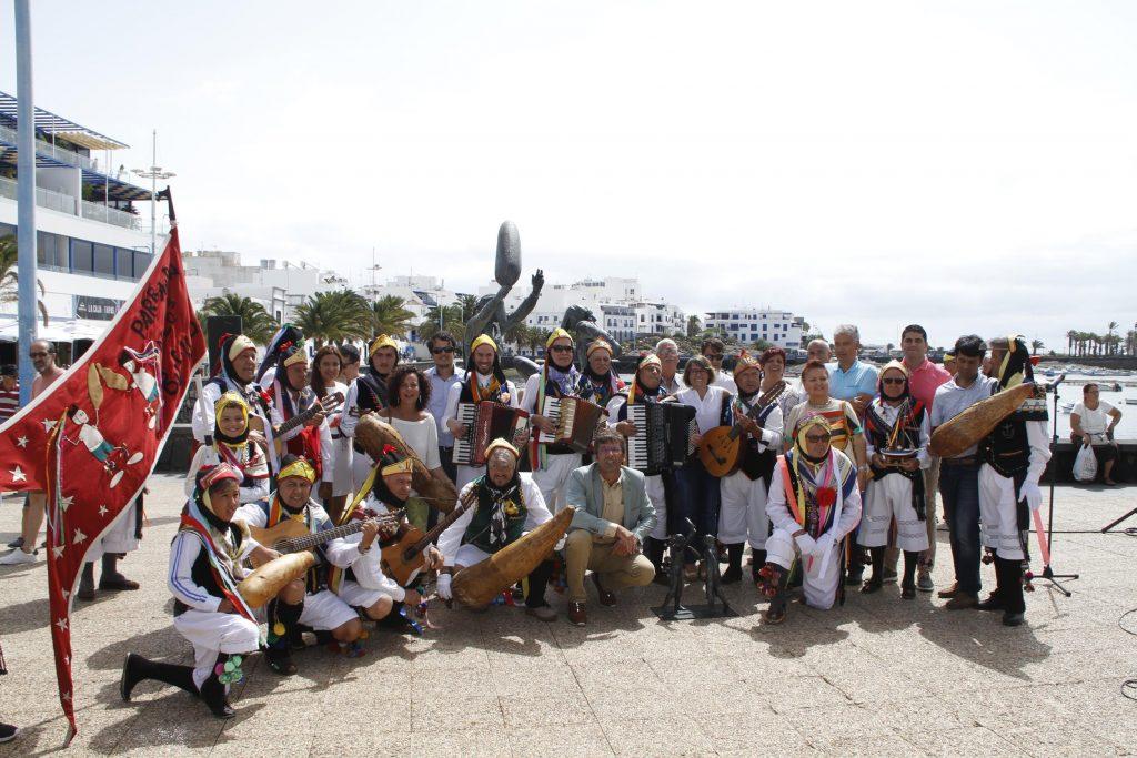 El Cabildo de Lanzarote inaugura una escultura de homenaje a la Parranda Los Buches en la ribera de El Charco de San Ginés