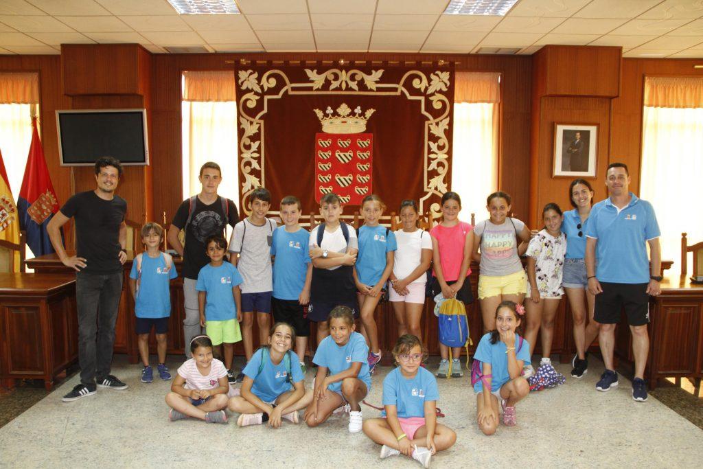 Los niños que participan en el programa de Seguridad Vial 'Trenzando huellas' recorren el Cabildo de Lanzarote