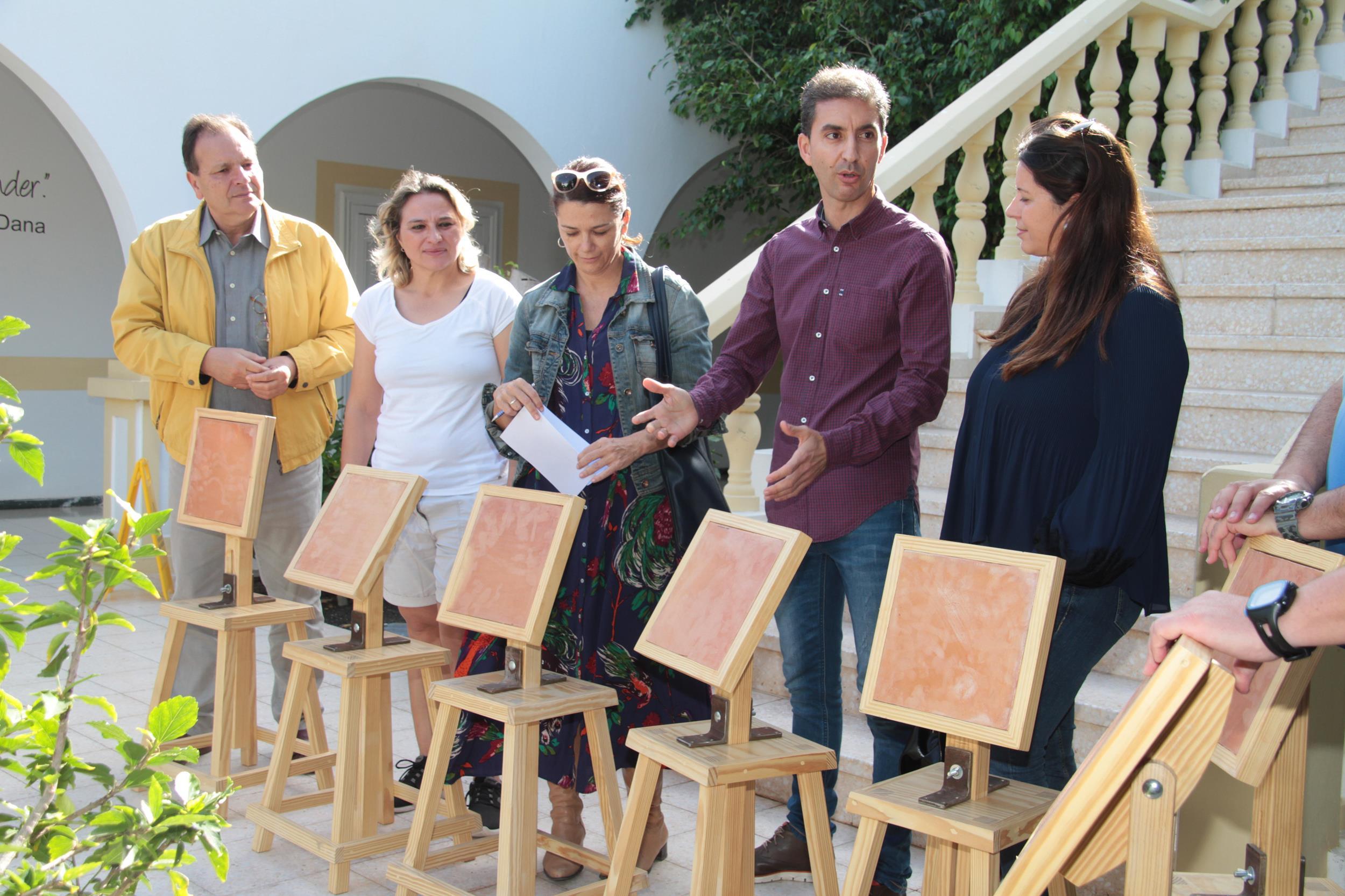 El Cabildo de Lanzarote entrega material para la práctica del juego de la pelotamano a centros de enseñanza de la isla