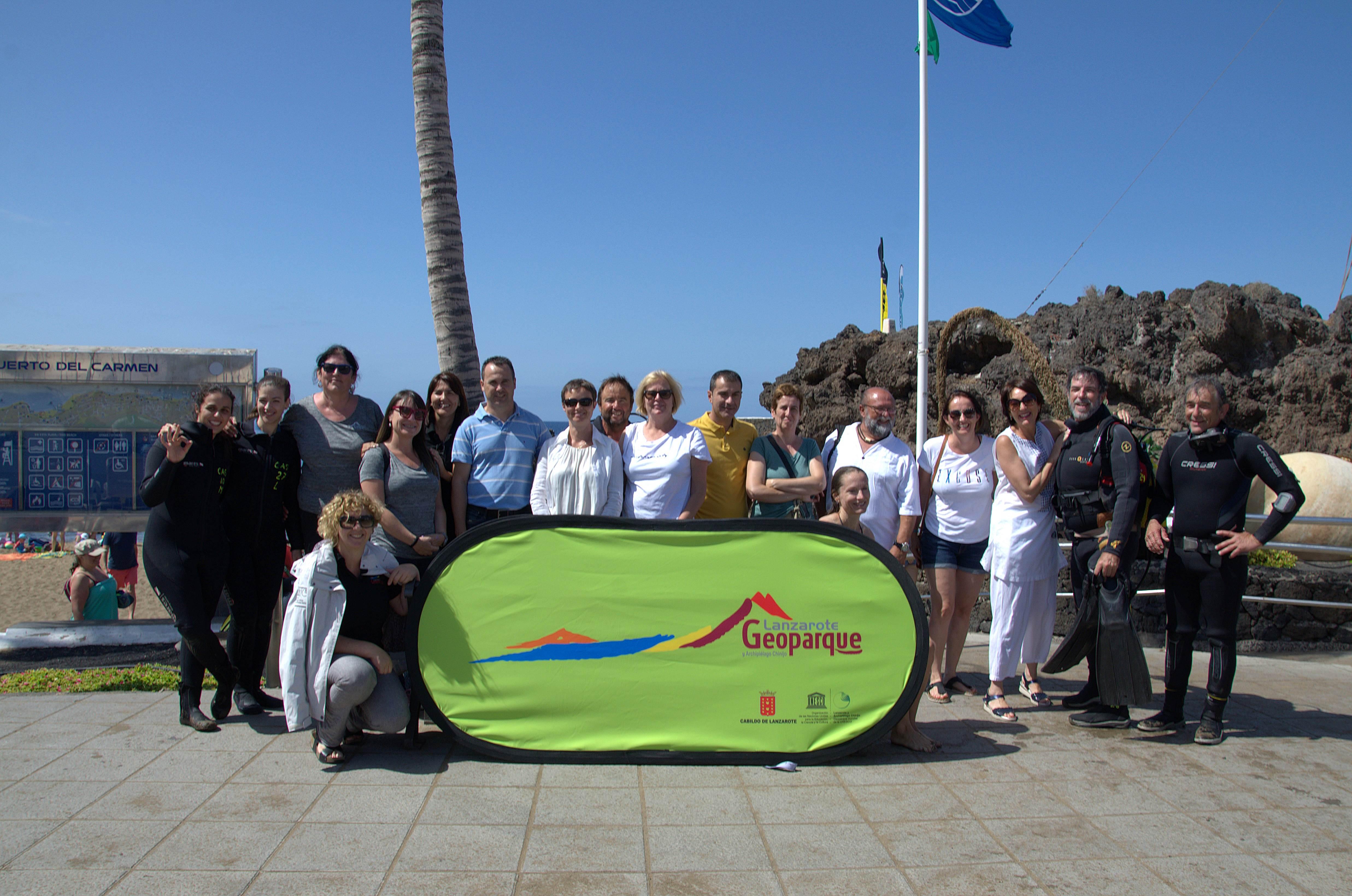 La Playa Chica de Puerto del Carmen recibe la visita de dos especialistas de la Red Global de Geoparques de la UNESCO para evaluar el estado acuático, en el transcurso de una actividad subacuática