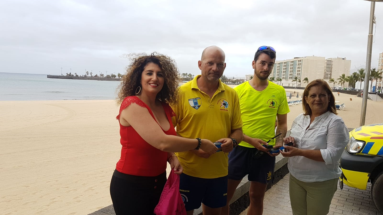 Arrecife reparte 500 ceniceros en la playa del Reducto para lograr mayor civismo ciudadano y evitar las colillas en las playas y calles
