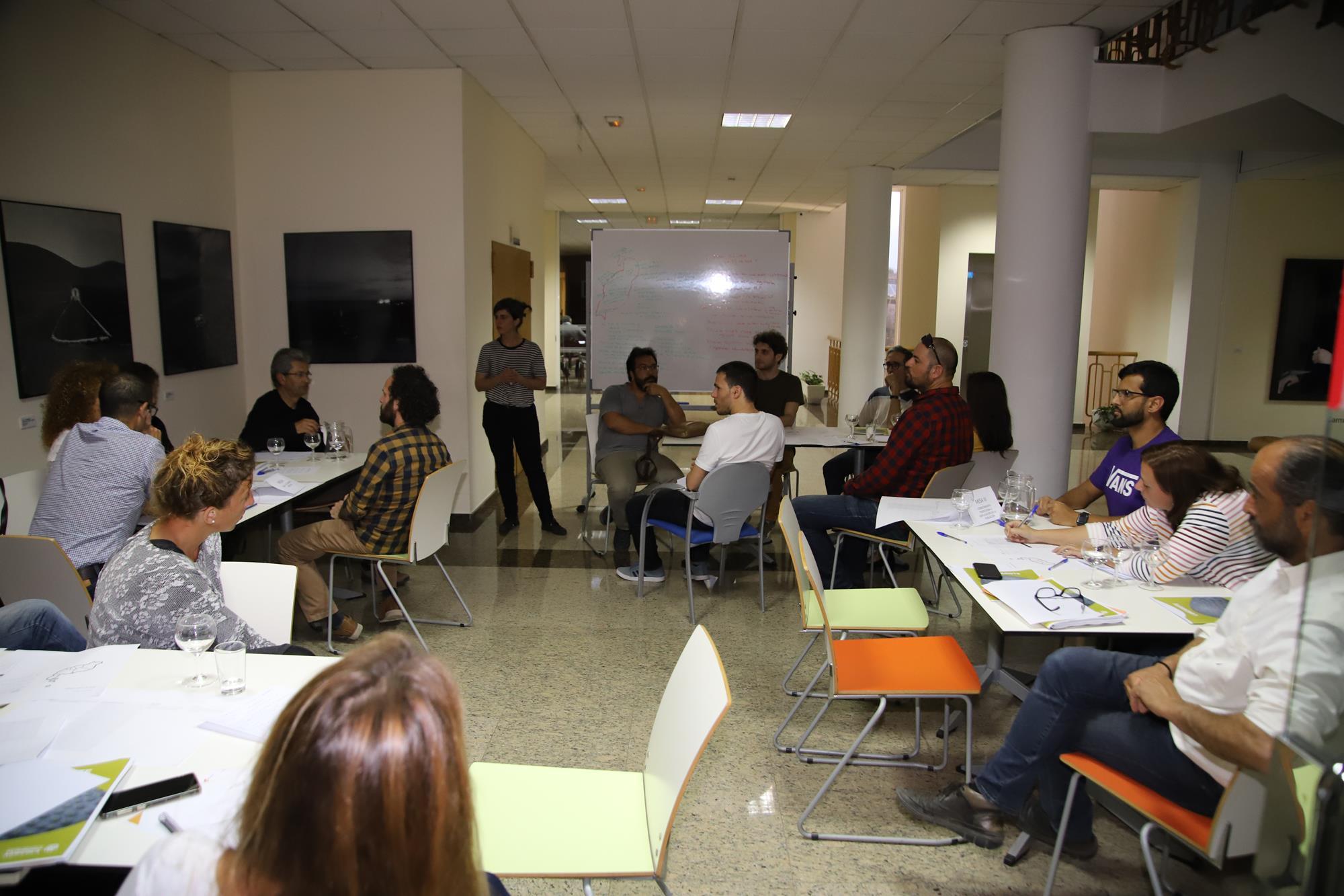 Una treintena de personas debaten sobre agricultura y sostenibilidad