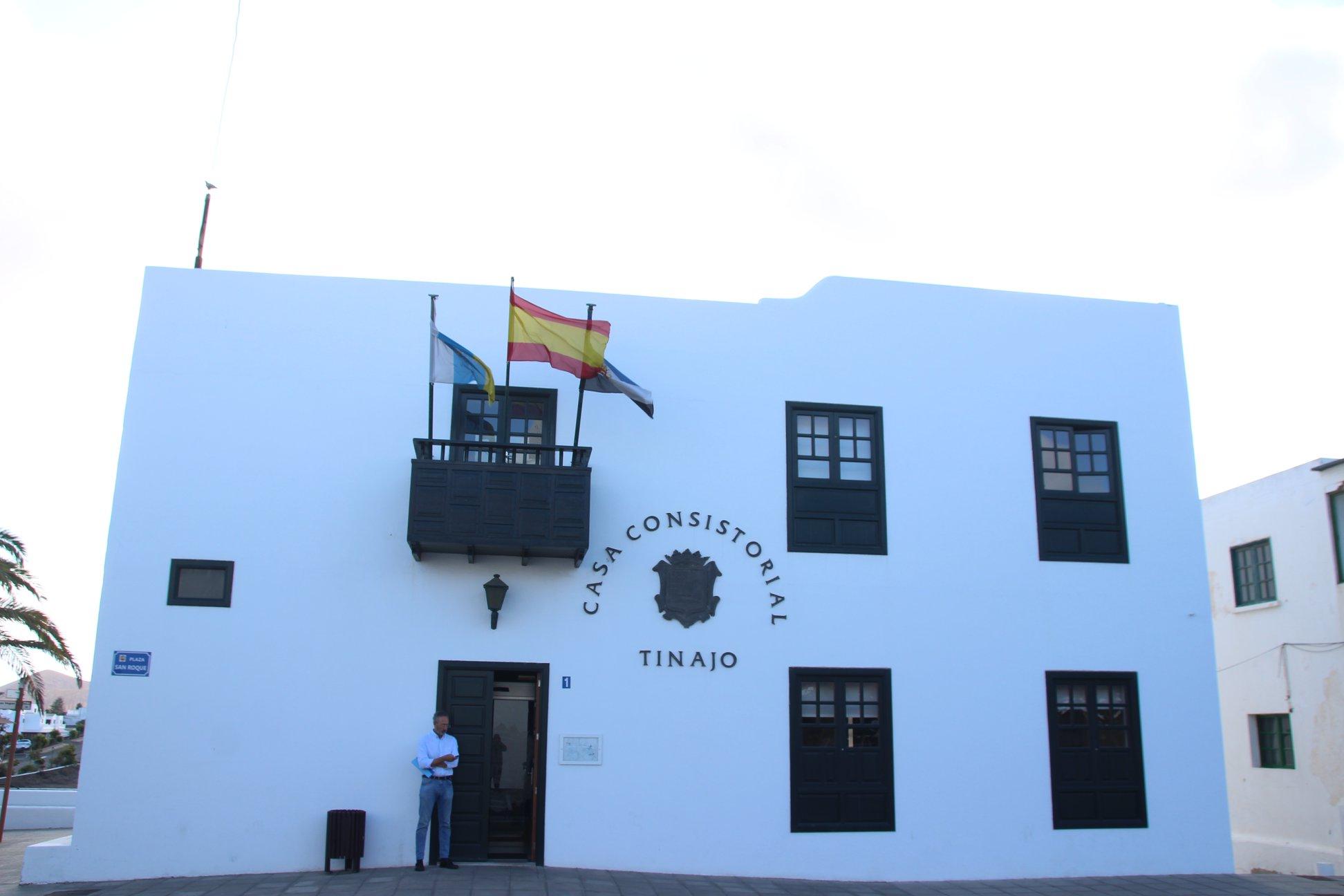 El Ayuntamiento de Tinajo procede al pago de las becas al transporte de estudiantes