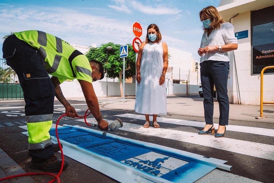 El Ayuntamiento de Arrecife adapta los pasos de peatones junto a los colegios para niños autistas