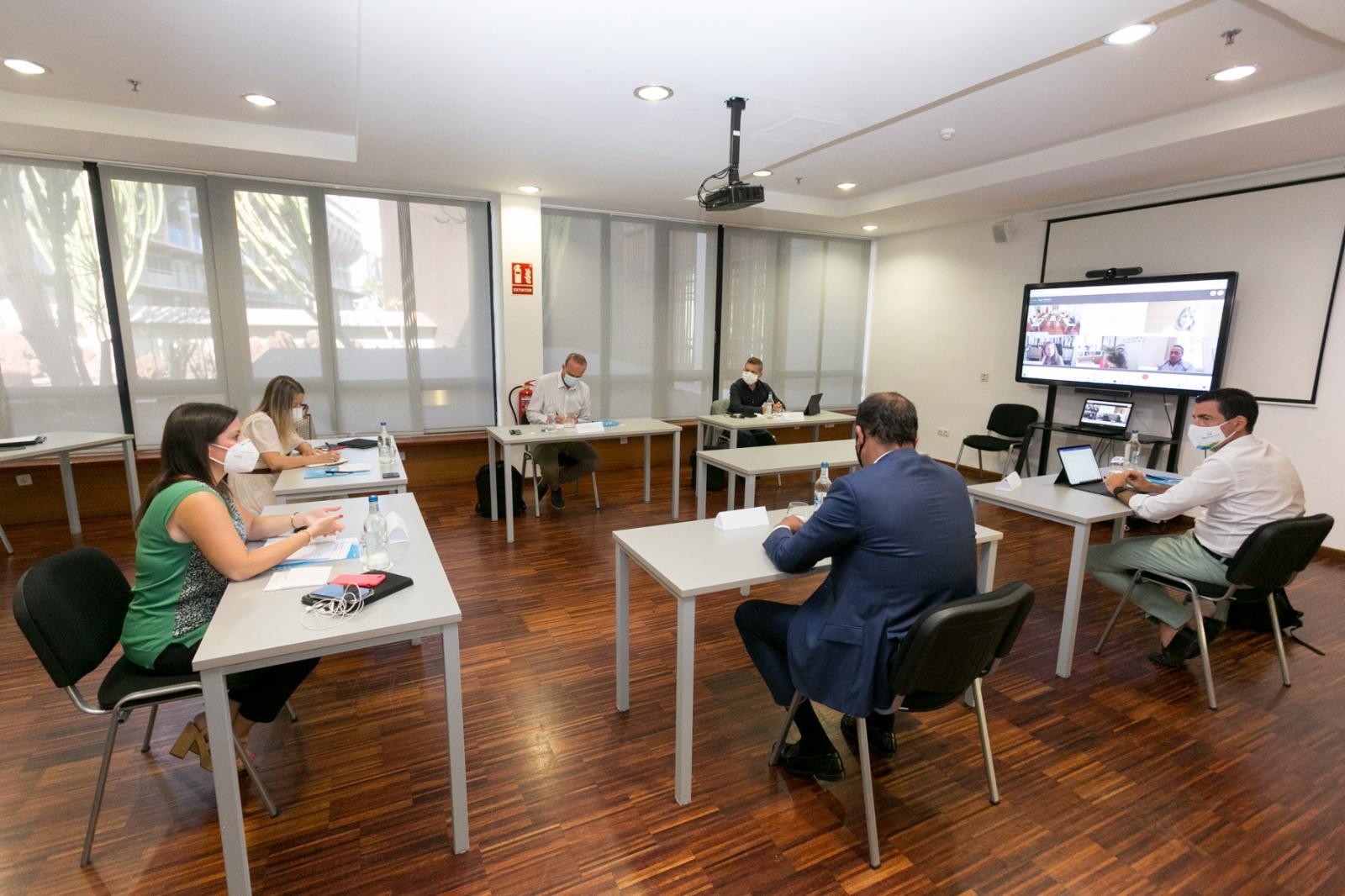 Turismo de Canarias y los cabildos acuerdan ir de la mano para establecer y financiar con el sector los test Covid