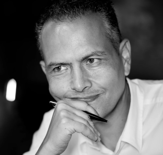 Editorial Siete Islas felicita al escritor  Santiago Gil, Premio Internacional de Novela Benito Pérez Galdós