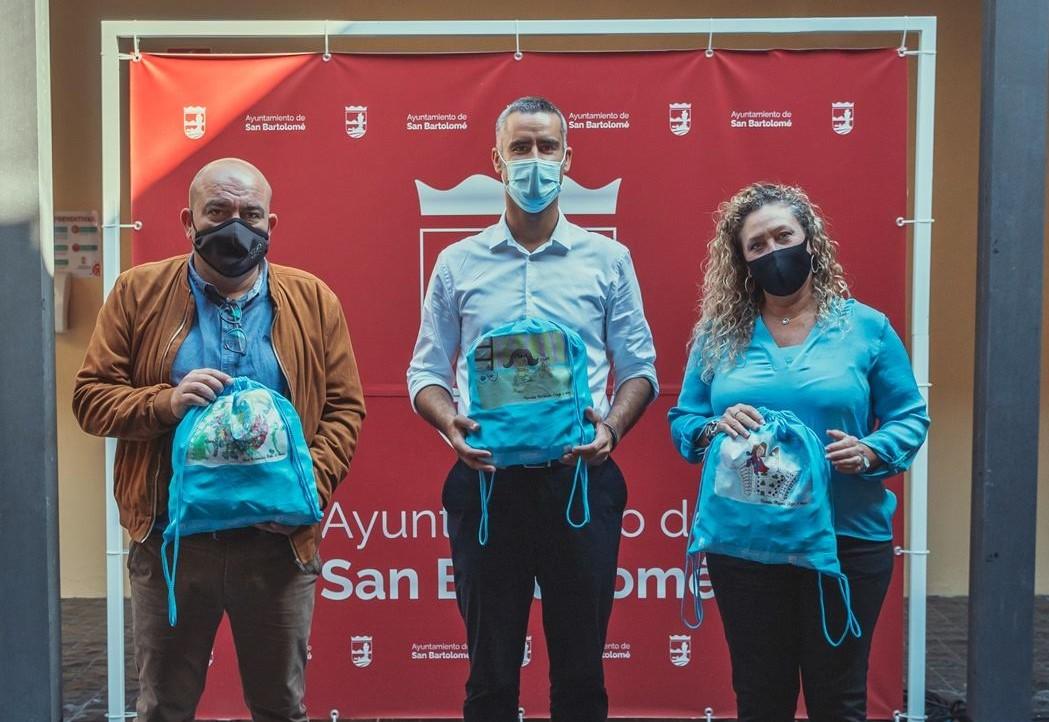"""San Bartolomé y Pequeño Valiente presentan sus """"Mochilas solidarias"""" para celebrar el Día Universal de la Infancia"""
