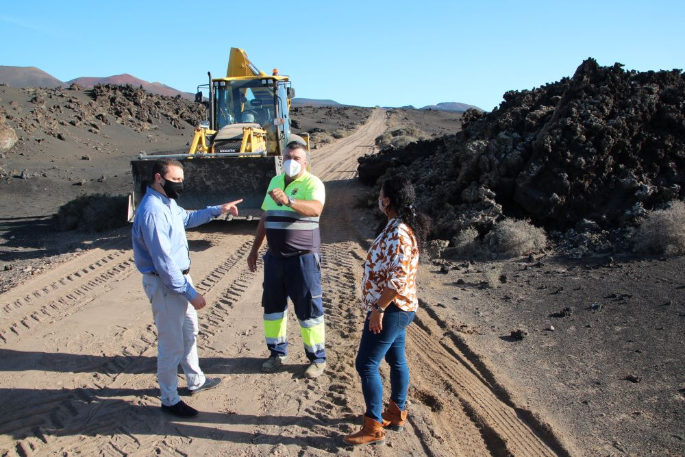 Yaiza acondiciona la senda de los camellos en el Parque Natural de Los Volcanes
