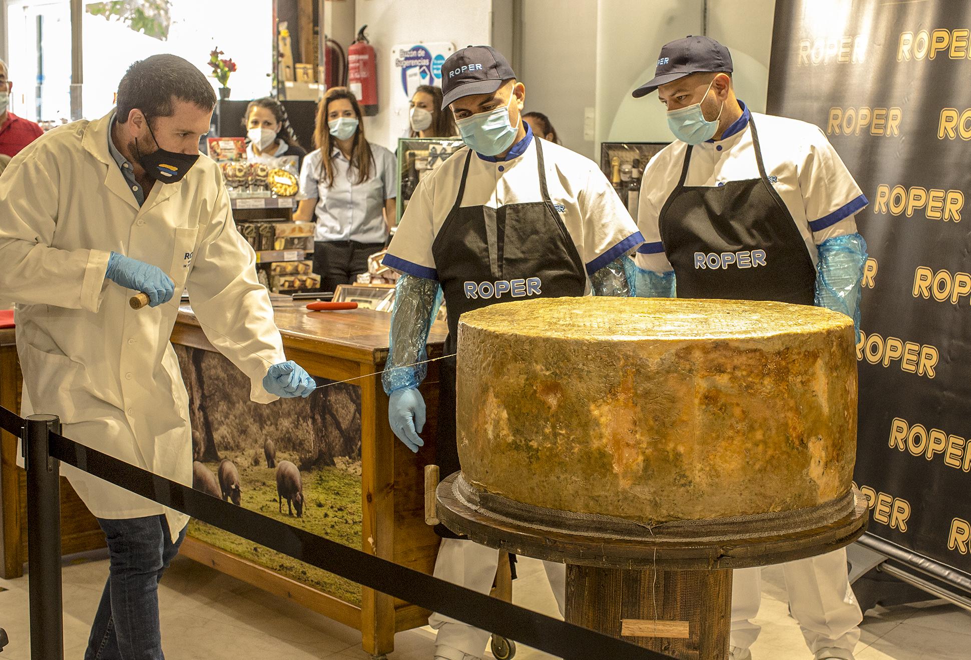 Hoy se procedió al corte del super queso curado de más de 200 kg