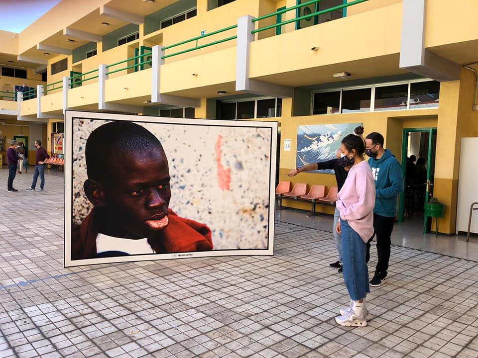 Los Estibadores acercan el drama de la inmigración ilegal a alumnos de la isleta en la III Jornada escolar del refugiado