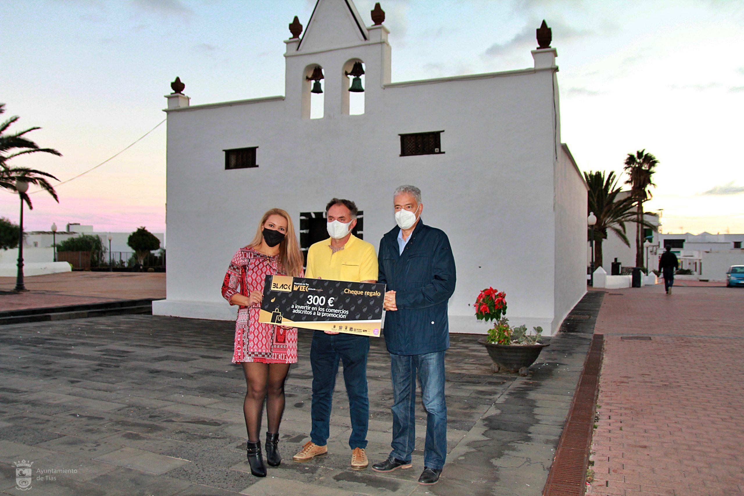 Tías entrega los premios de la campaña de Black Week por el consumo en los comercios del municipio