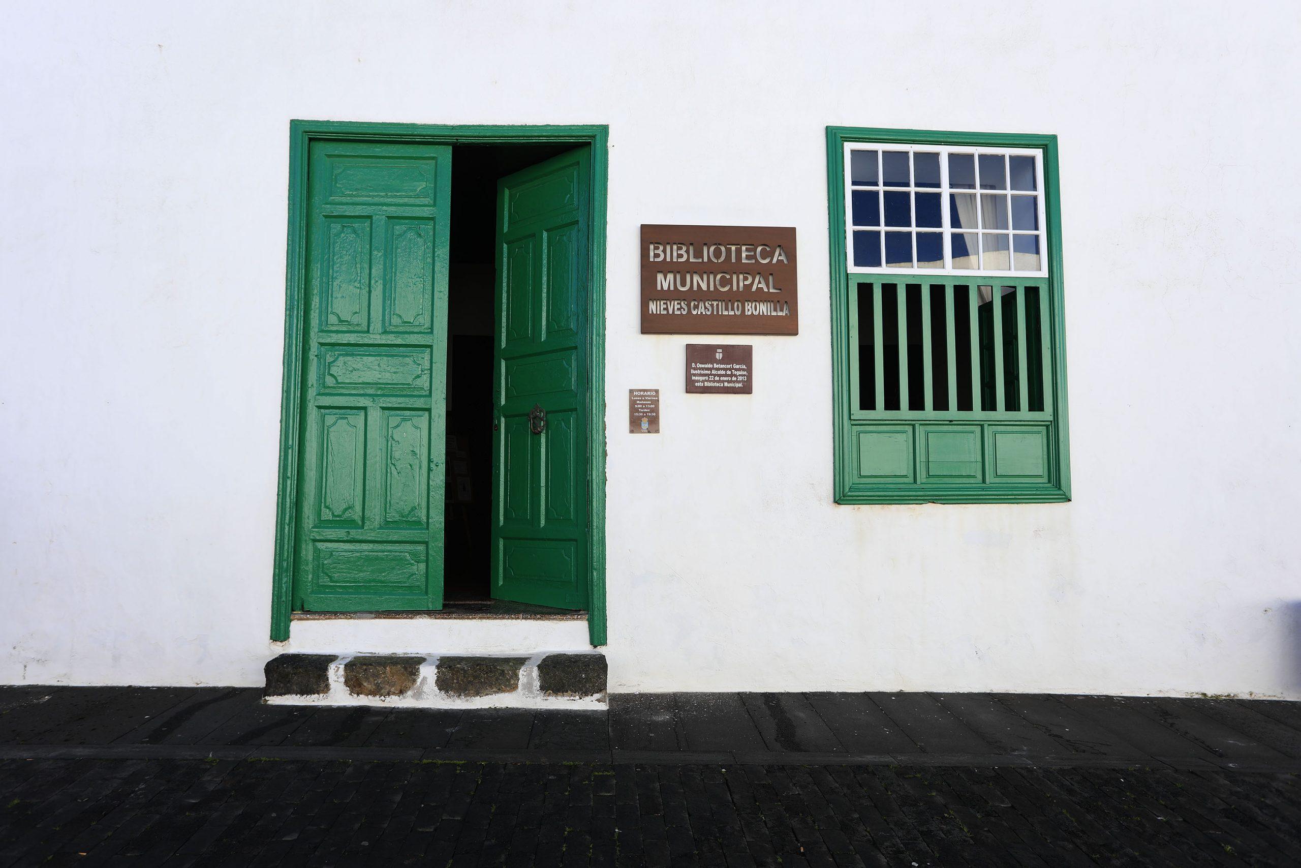 "La Biblioteca de Teguise ya luce el nombre de ""Nieves Castillo Bonilla"""