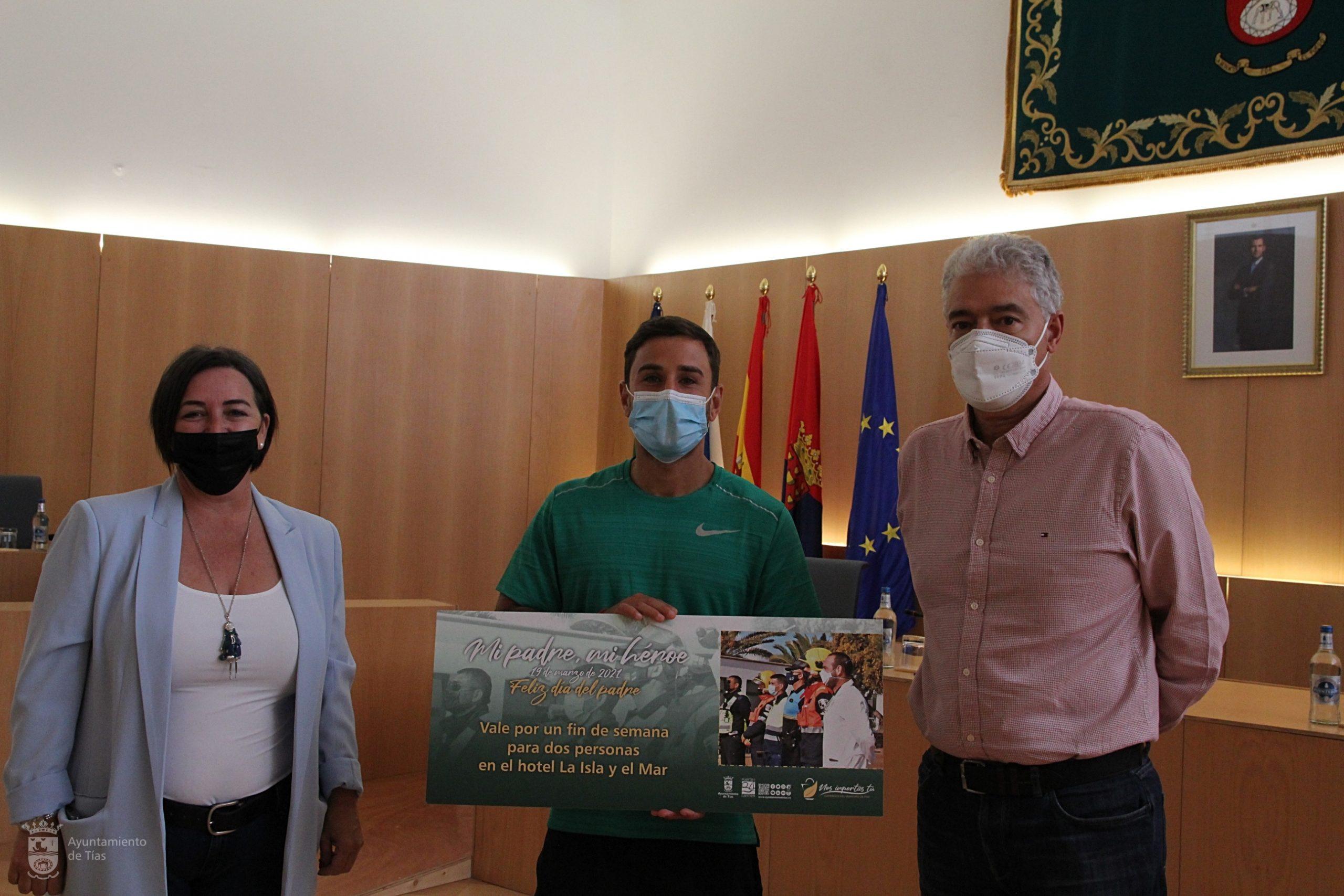 El Ayuntamiento de Tías entrega el premio de la campaña del Día del Padre a Javier Umpiérrez