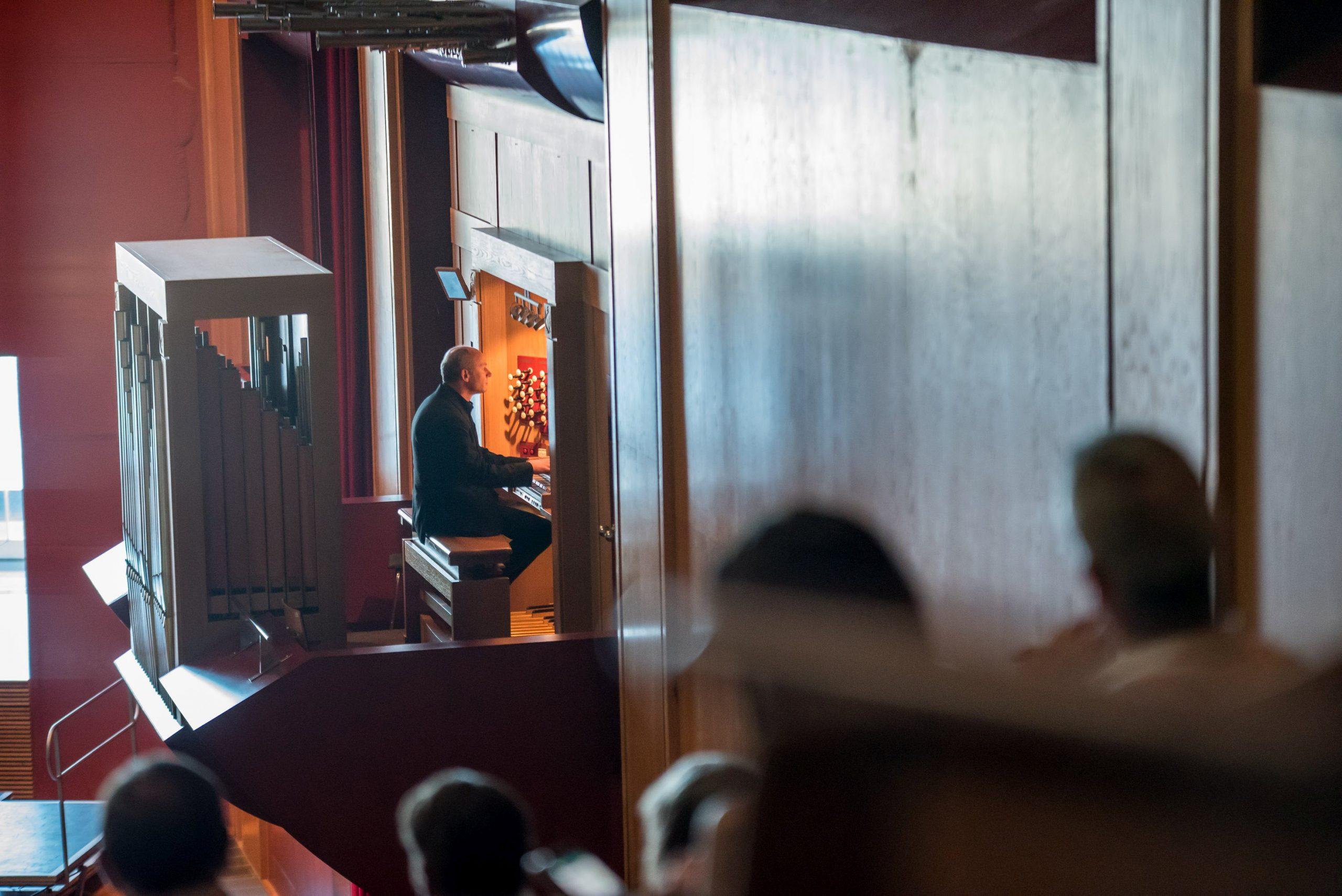El órgano del Auditorio Alfredo Kraus vibra con la música de Bach y Brahms de la mano de Jürgen Essl