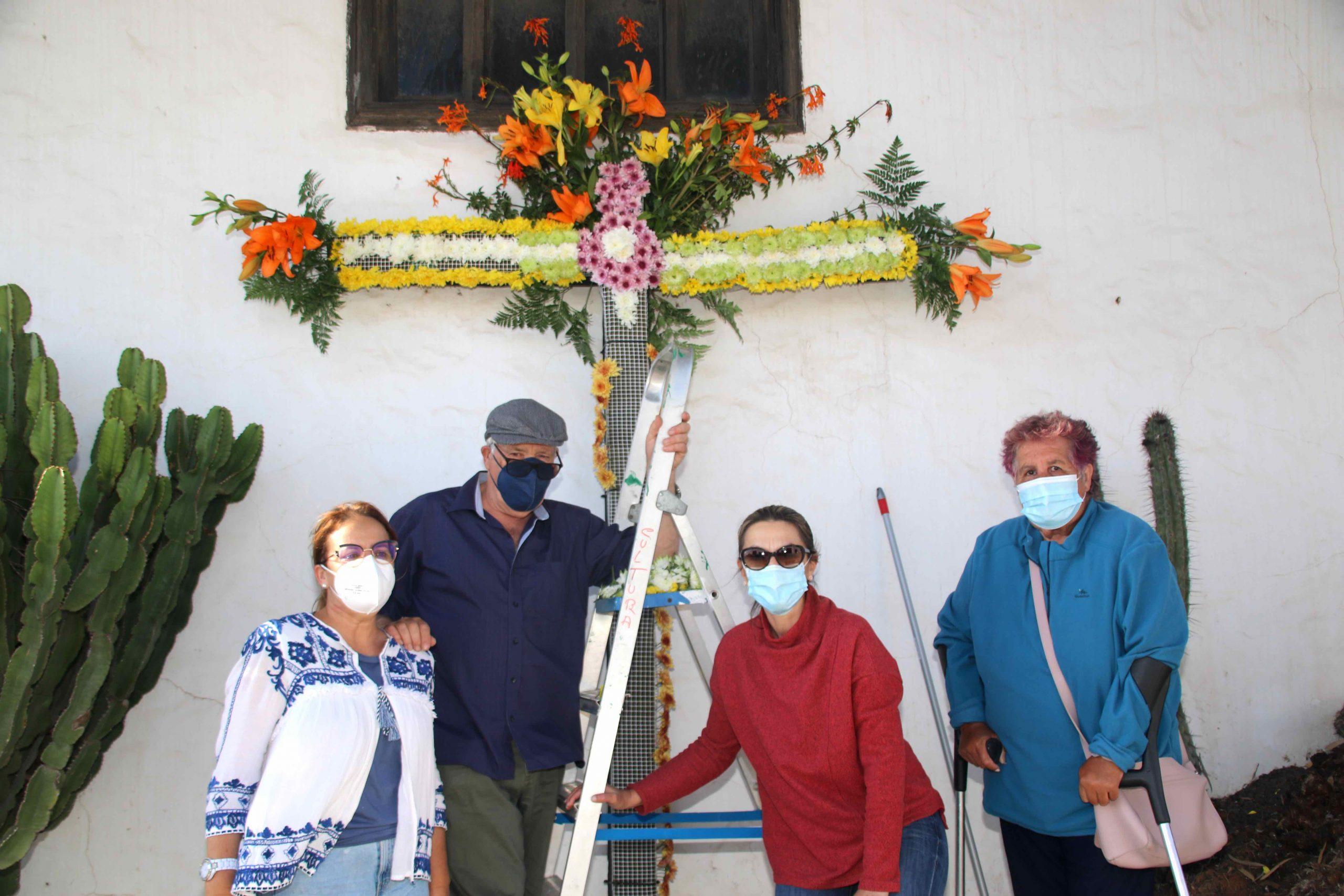 Teguise rescata su tradición de enramar con flores las cruces del Conjunto Histórico de la Villa