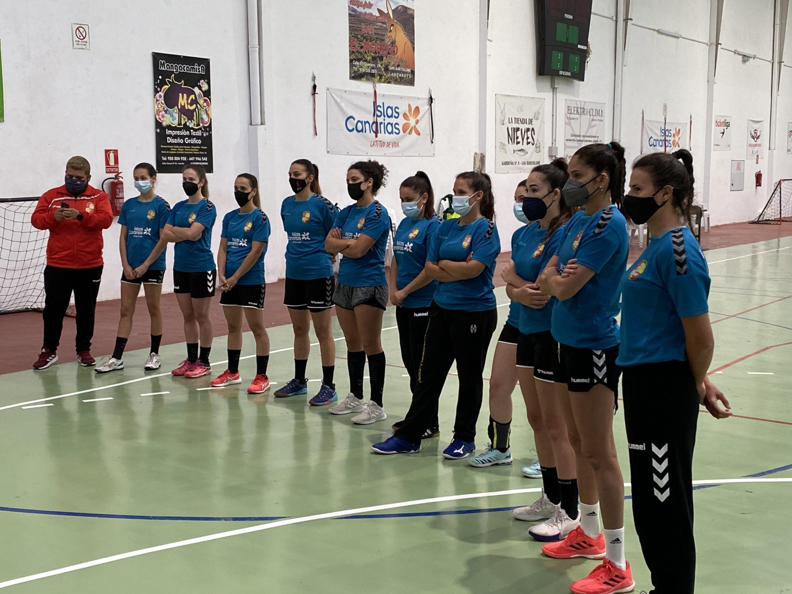 El alcalde de San Bartolomé reconoce al equipo senior femenino del Club de Balonmano Zonzamas y les da ánimo para alzarse con la copa de la División Honor Plata Femenina