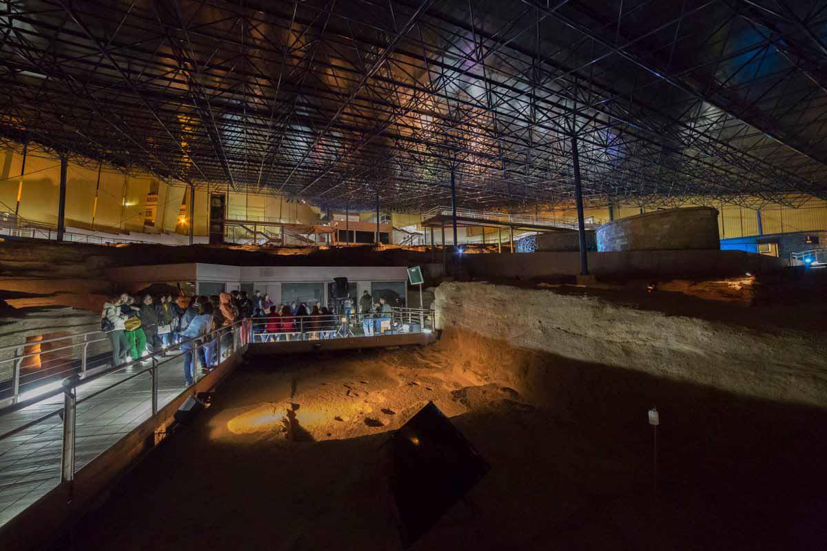 Cueva Pintada retoma las visitas nocturnas al yacimiento con la música en directo de Caravansar Trío