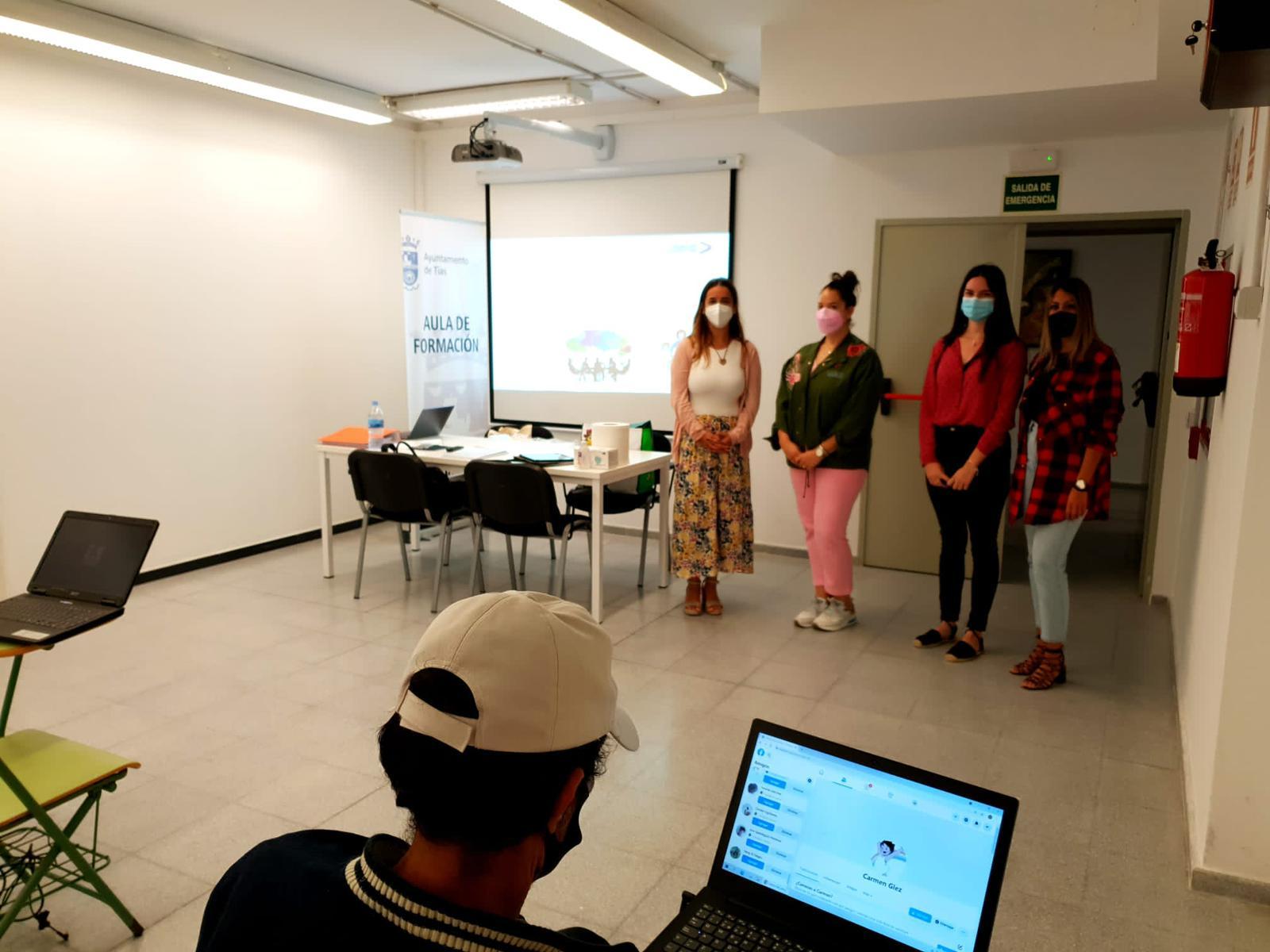 Curso de competencias digitales en la sala de formación del Ayuntamiento de Tías