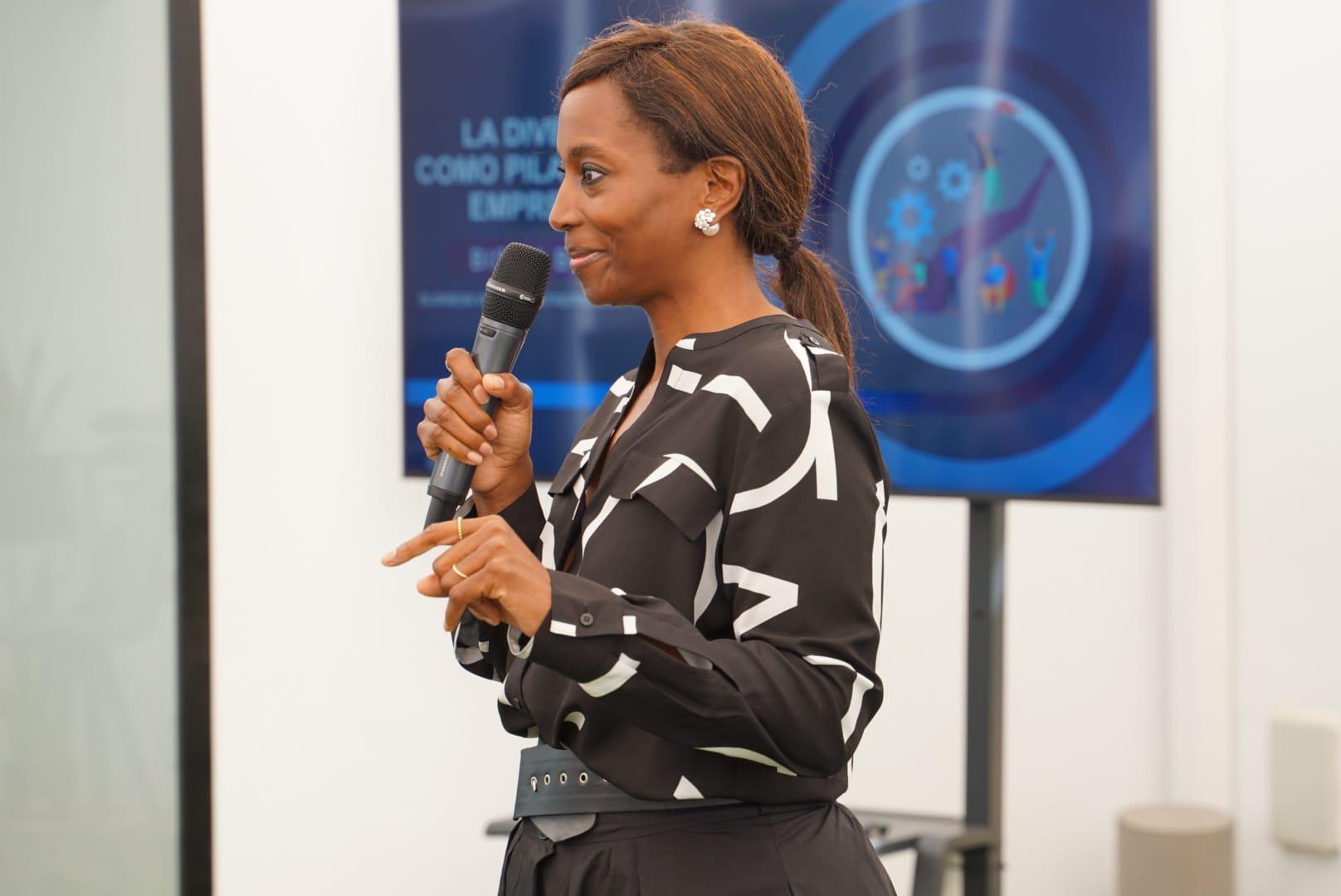 La embajadora de la Fundación Martínez Hermanos, Bisila Bokoko, imparte una conferencia para empleados del Grupo Martínez